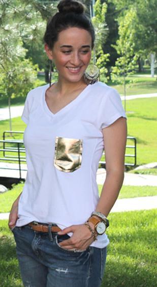 camiseta bolsillo dorado